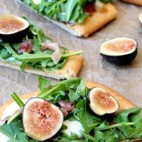 Fig Prosciutto and Arugula Flatbread Pizza